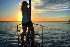 Imagen 2-stündige Segeltour durch Lissabon bei Sonnenuntergang mit Wein