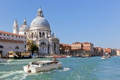 Unique experience: Grand Canal Tour by Boat and Lunch