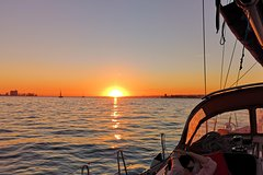 Imagen Sunset Sailing Tour in Lisbon on a Luxury Sailing Yacht