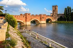 Verona: Welcome Private Tour w/ a Local