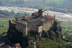 Treasures in the Apennines: the Bardi Castle and the mountain Parmigiano Reggiano