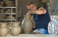 How to make handmade Tuscan Ceramic: a course with a master potter in Monte