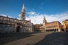 Modena Walking Tour: traditional products and old shops