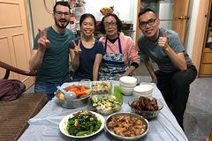 Wet market tour & cooking class with local mum