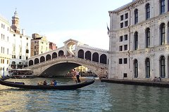 Private Venice walking tour plus Murano island lunch and glass factory visi