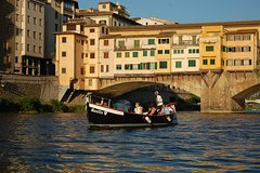 Wine on water: a private boat tour in Florence with a floating Tuscan aperi