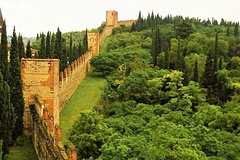 """Soft hike along the Great Wall of Verona and visit to the """"Veronese Hogwart"""