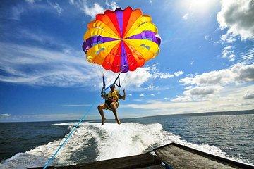Tour de parasailing, banana boat y...