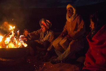 Nuit au désert près d'Erg Chigaga Au...