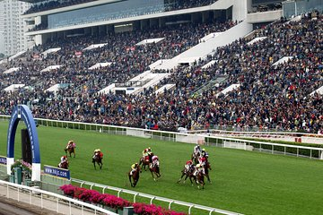 Enjoy the HKJC horse races from the 2M roof deck.