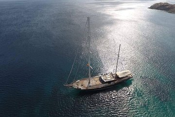 Mykonos: Superior Yacht Cruise to Rhenia Island and Guided Tour of Delos