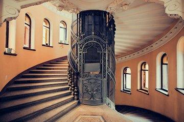 サンクトペテルブルクで最も美しい階段の周りのツアー