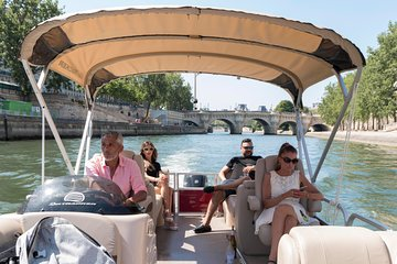 Cruise on the Seine in a small committee