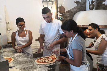 Pizza and dough lesson in a historic pizzeria. Discounts for groups