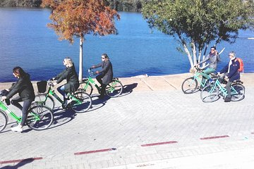 Bike tour through modern Seville and local beer tasting