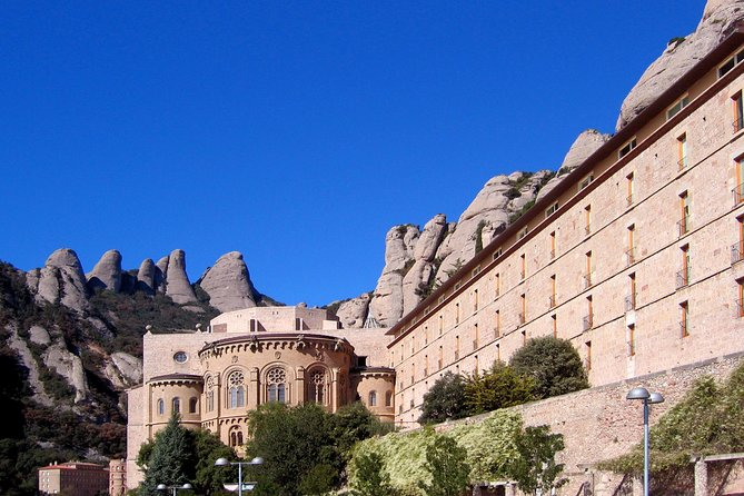 Barcelona Highlights and Montserrat with Cogwheel Train Guided Day Tour