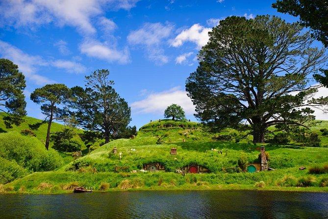 Excursão de um dia Hobbiton + Rotorua de Auckland em minibus de luxo + extras opcionais