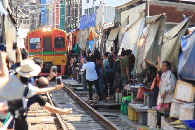 Full Day Folding Umbrella Market and Amphawa Floating Market