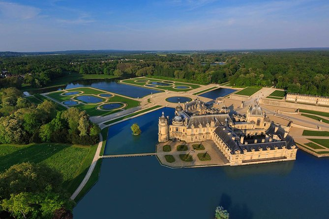 Château de Chantilly Tour from Paris Including the Great Stables of the Prince de Conde and a Renaissance-Style Meal