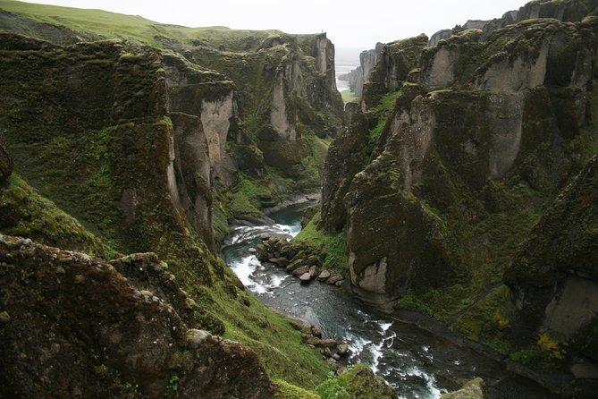 素晴らしいFjadrargljufur Canyon、Fagrifossの滝と秘密の火山のクレーター