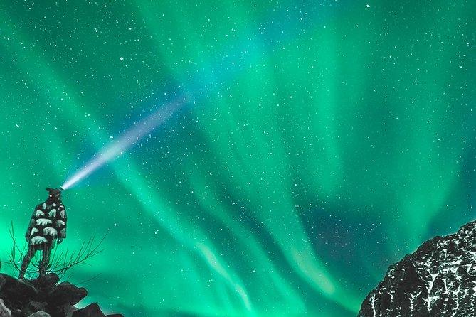 Inseguimento dell'aurora boreale in minibus