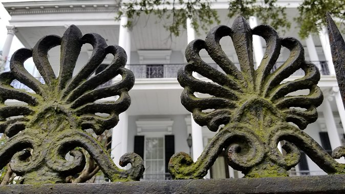 Glamorous Garden District & Lafayette Cemetery Tour