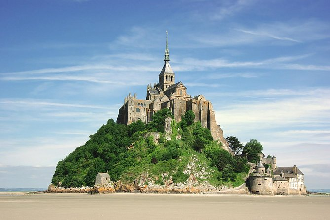 Mont St-Michel Day Trip with Lunch at Mere Poulard and Abbey Entrance from Paris