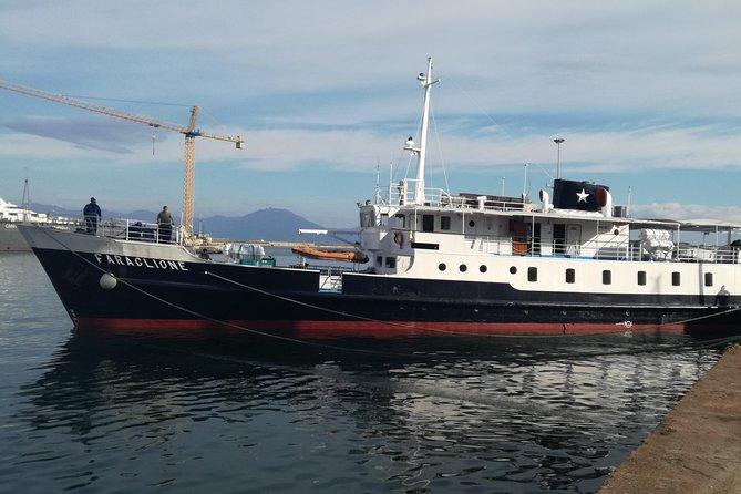 Crucero a la isla de Capri: restaurante en barco en el golfo de Nápoles
