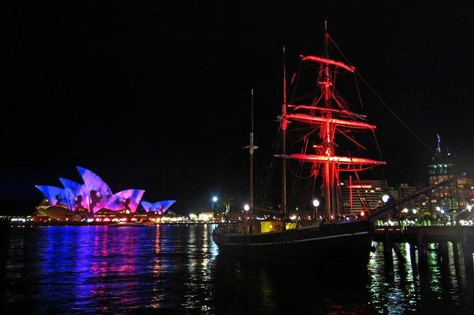 Cruzeiro vívido com jantar em navios altos no porto de Sydney