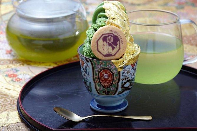 Manger Golden Ice Creaem Servi par un Maiko
