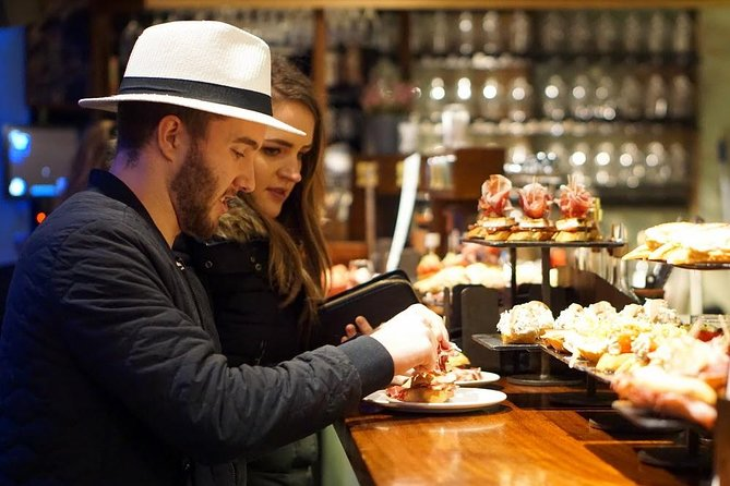 Recorrido gastronómico de pinchos para grupos pequeños en el casco antiguo de San Sebastián (noche)