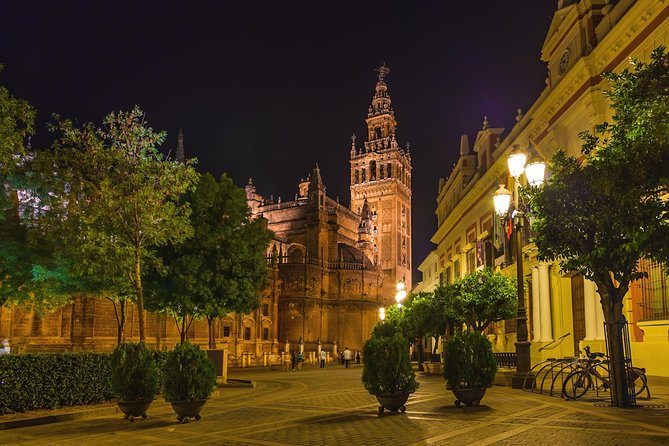 Santa Cruz Evening Walking Tour in Seville Including Tapas and Drinks