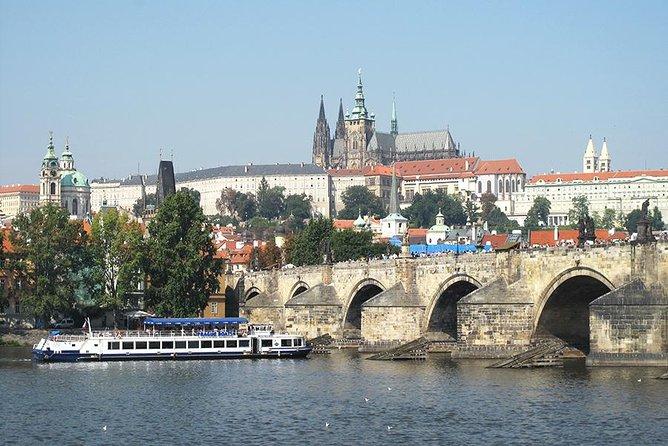 Recorrido a pie por el casco antiguo de Praga con almuerzo buffet en un barco