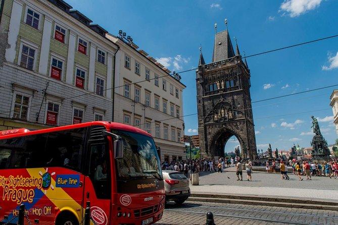 Opções de passeios turísticos de ônibus e barco pela cidade de Praga