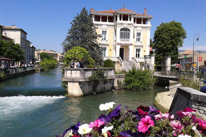 Private Day Trip to Luberon Villages: L'Isle sur la Sorgue, Gordes and Roussillon from Arles