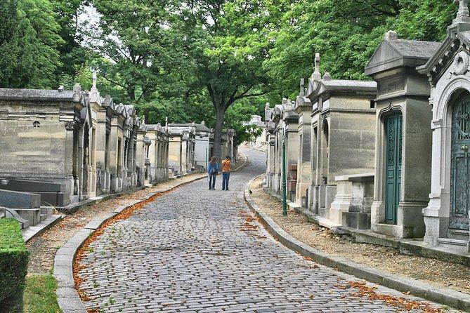 Promenade à pied dans le cimetière du Père-Lachaise à Paris
