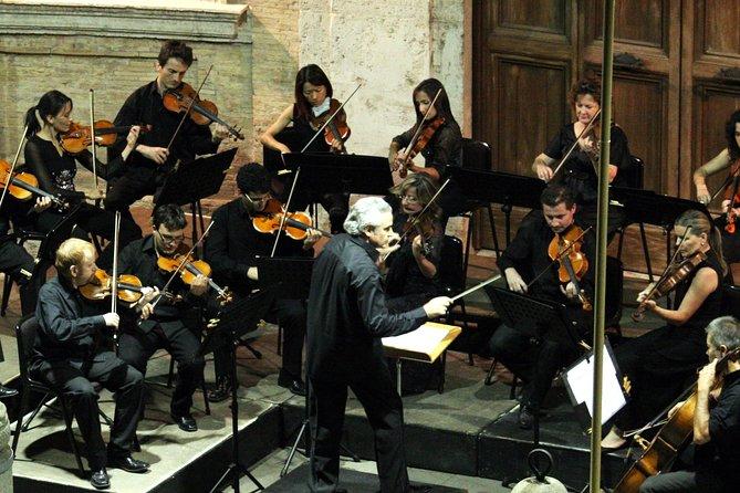 Velada de música en directo en el patio del Renacimiento en el centro de Roma
