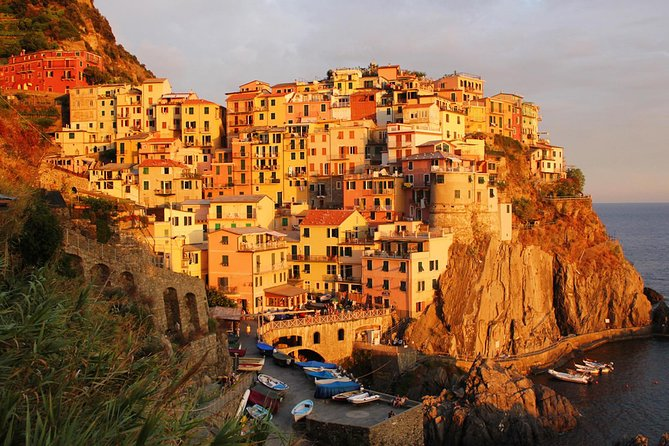 Cinque Terre sunset boat tour with aperitivo in Vernazza