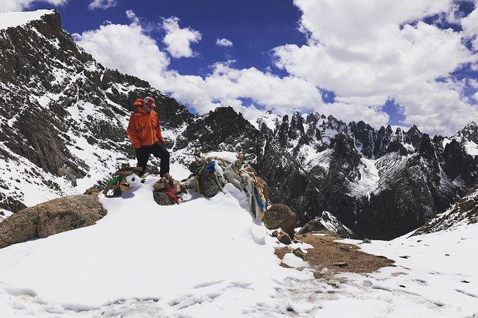 Trekking Nyenbo Yurtse to Alpine Glacial Lakes