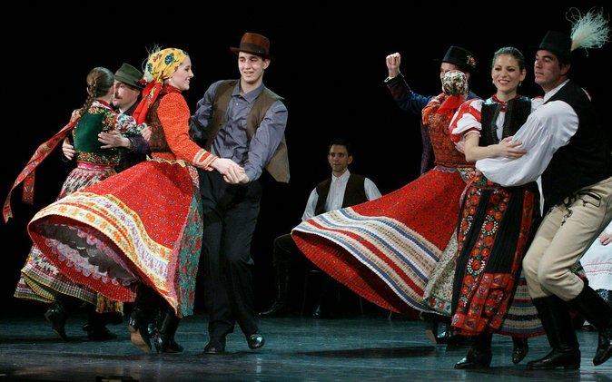 Espectáculo de danza húngara y cena crucero por el Danubio a las 10 p.m.