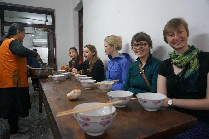 Tour a piedi di mezza giornata con giro del mercato locale e pranzo vegetariano in convento