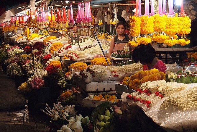 Chiang Mai by Night: Private Tour including Buddhist Chant, Thai Dinner and Night Market