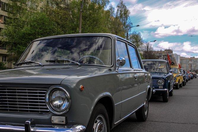 San Petersburgo como local por el automóvil de la URSS a través de pulgas locales, mercados de alimentos y tiendas