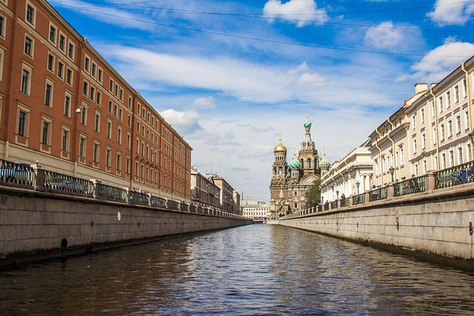 Recorrido clásico por la ciudad de San Petersburgo con paseo en barco por el canal