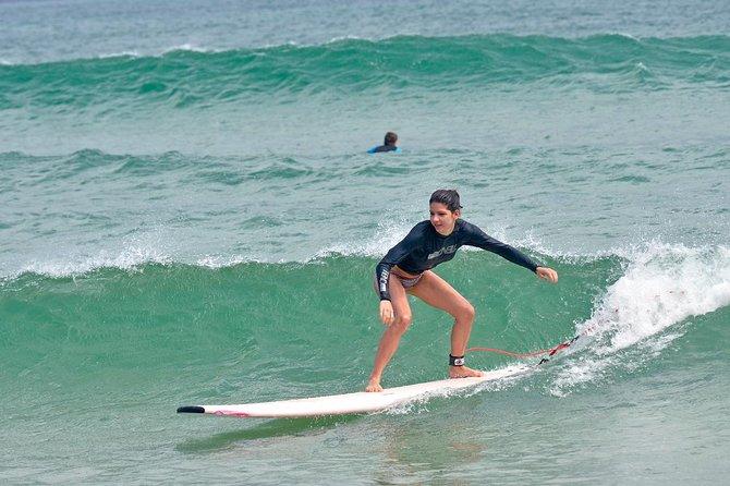 À l'arrière de l'école de surf de 3 jours à Byron Bay