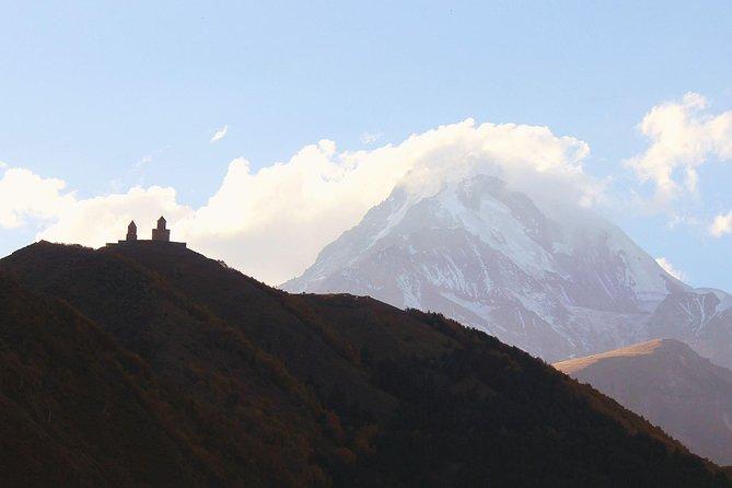 Tour privado de 1 día a la iglesia de la Trinidad de Kazbegi y Gergeti