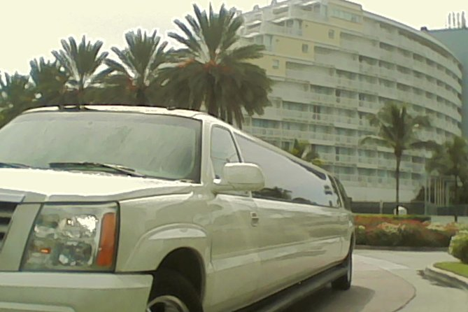 Shared Round-Trip Limousine Transfer to the Port Lucaya Market