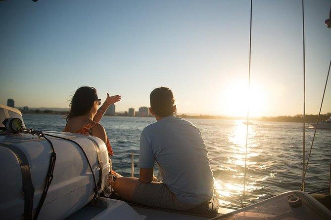 Cruzeiro ao pôr do sol em Gold Coast com vinho espumante e petiscos
