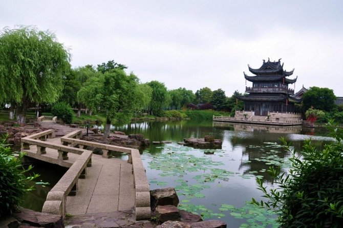Private Tongli Water Town Day Tour with Boat Ride & Lunch from Suzhou