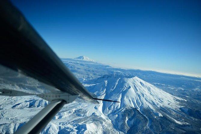Mt. Giro del vulcano Rainier e Mount St. Helens in aereo